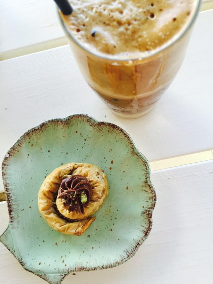 Ijskoffie met chocolade baklava Agios Naxos foodblog Foodinista