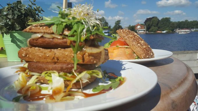 Lunchen in de Alde Feanen aan het water foodie in Friesland foodblog Foodinista