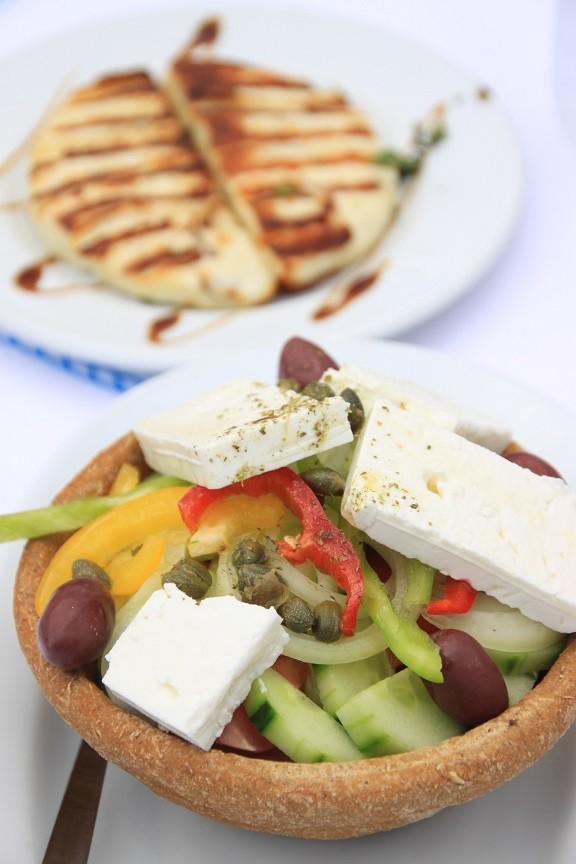 Griekse salade in brood en Mastelo cheese Griekenland Foodblog Foodinista