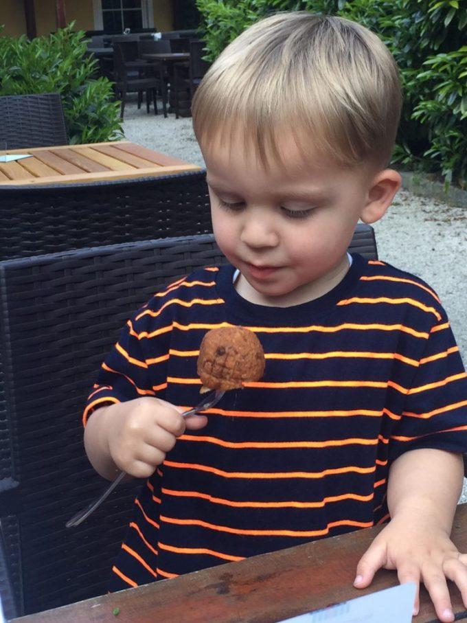 Spekknoedel gegeten door de peuter in Salzburg