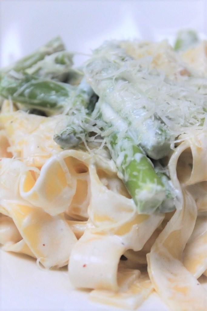 Pasta met groene asperges en geitenkaassaus recept van Foodblog Foodinista