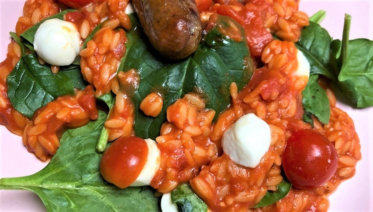 Orzo met tomaat, worstjes en mozzarella recept van Foodblog Foodinista