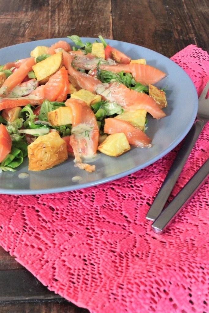 Maaltijdsalade met gerookte zalm, aardappeltjes en honingmosterddressing recept van Foodblog Foodinista