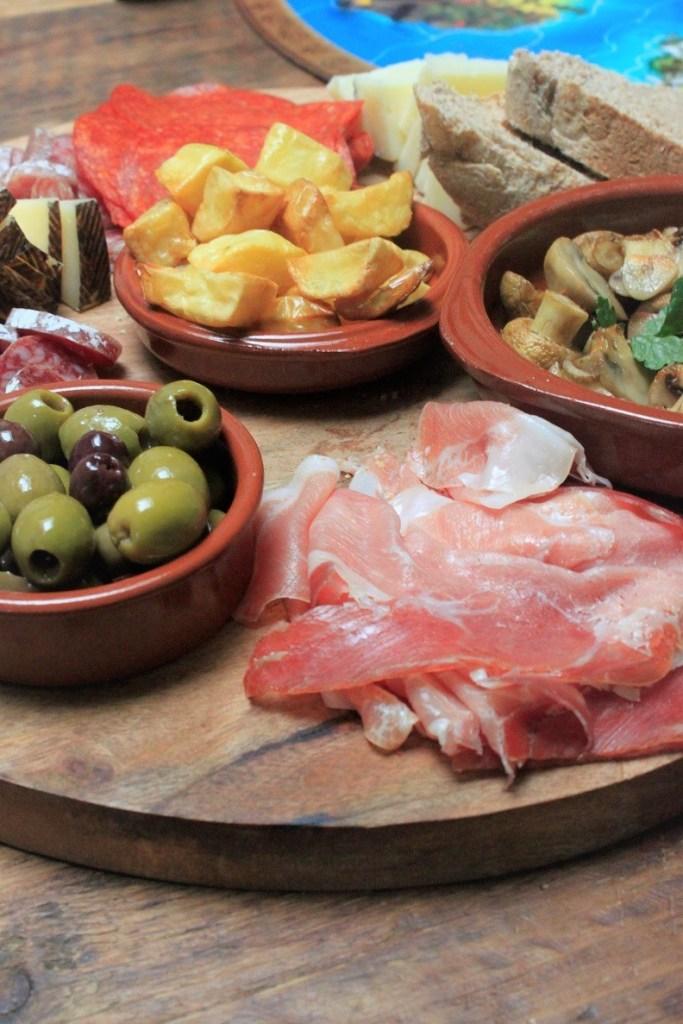 Spaanse borrelplank tips voor spelletjesavond van Foodblog Foodinista