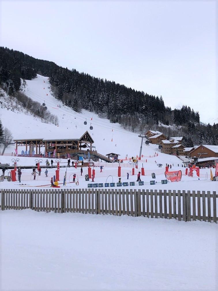 Skizone voor kinderen in Méribel in de toegang naar dee pistes in Méribel Savoie Frankrijk Foodblog Foodinista op Wintersport