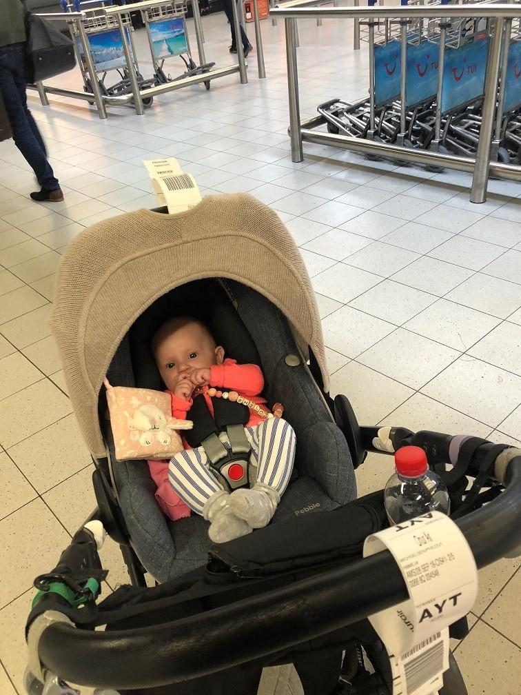 Klaar voor de reis naar Turkije op Schiphol eerste keer vliegen Philou