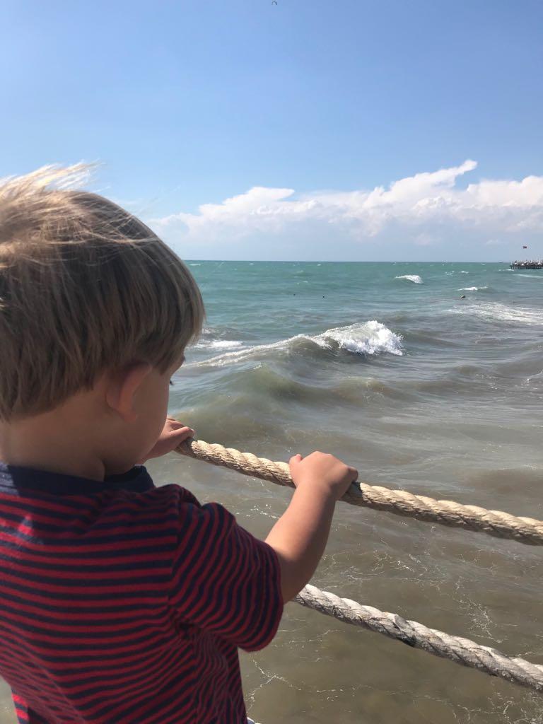 Uitzicht over zee vanaf de pier TUI Magic Life Water World Belek Turkije Reisblog met gezin