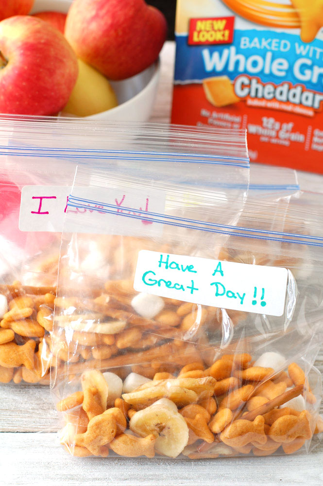 Snack time just got better! Try this delicious lunch box Goldfish® crackers snack mix filled with Goldfish crackers, banana chips, yogurt raisins, pretzel sticks and mini marshmallows.