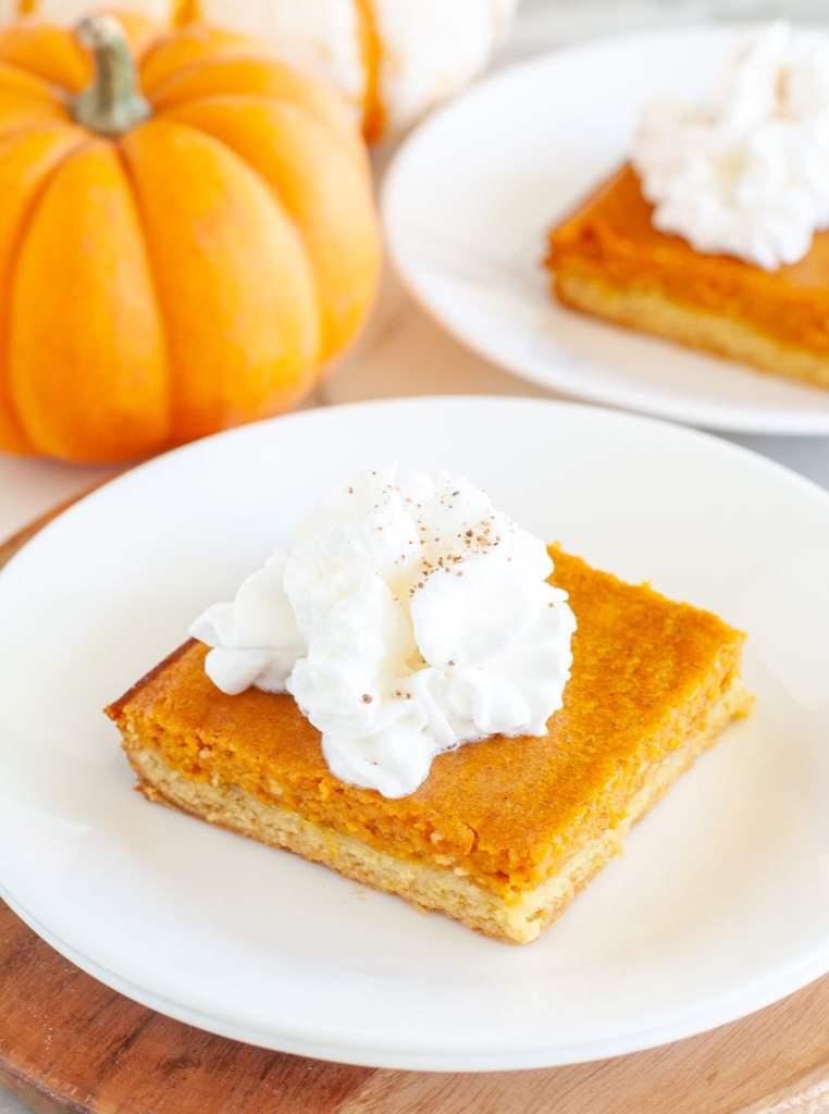 Slice pumpkin cake.