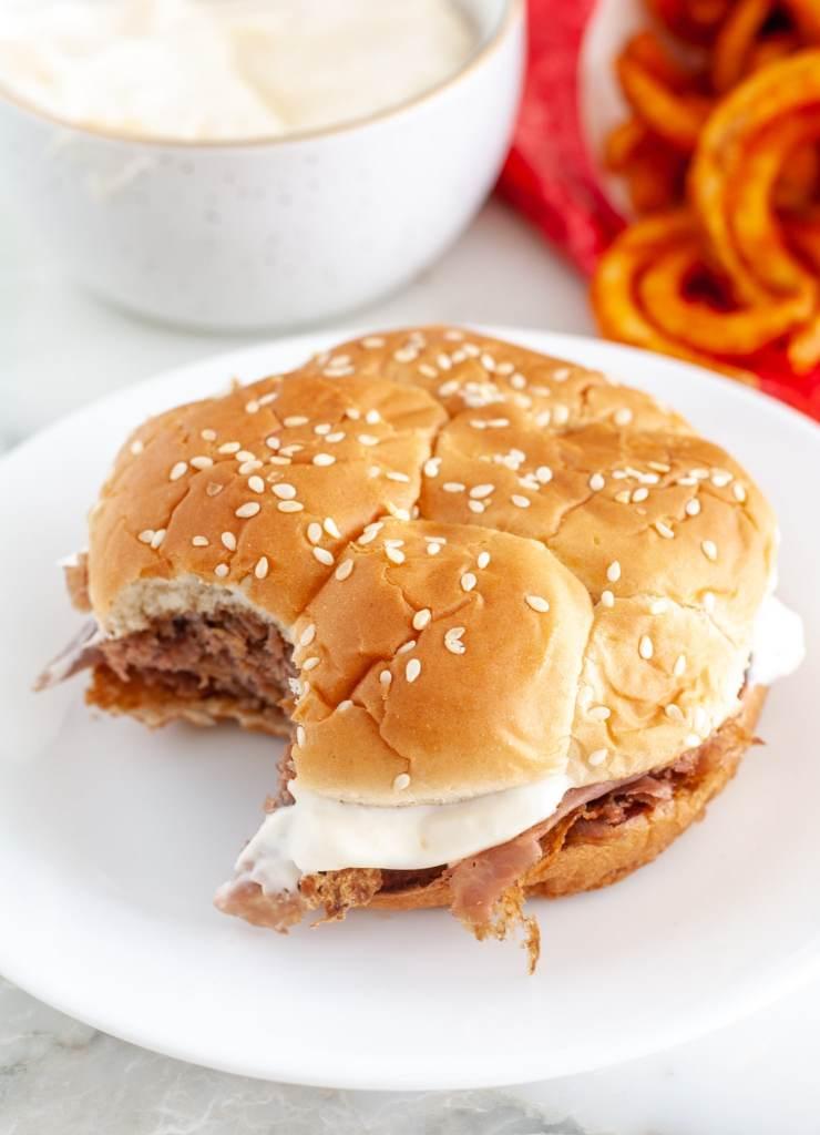 Plaka üzerinde biftek sandviç.