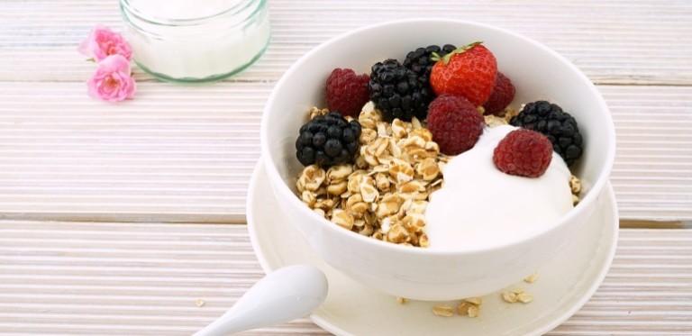 Haferflocken mit Joghurt und Obst