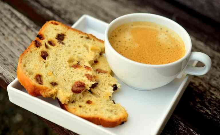 Kaffeetasse und Früchtebrot
