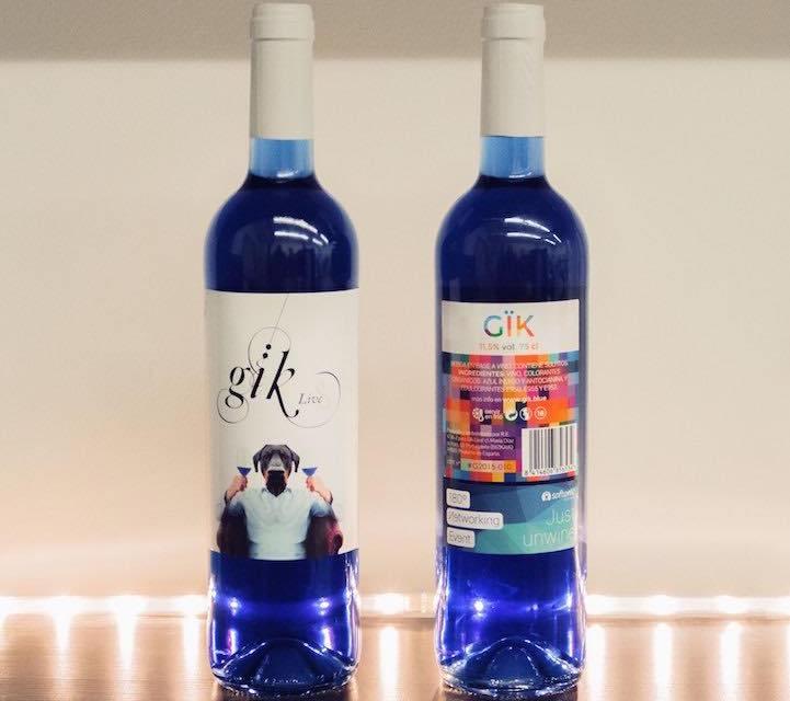 Gik porta il vino blu sulla tavola