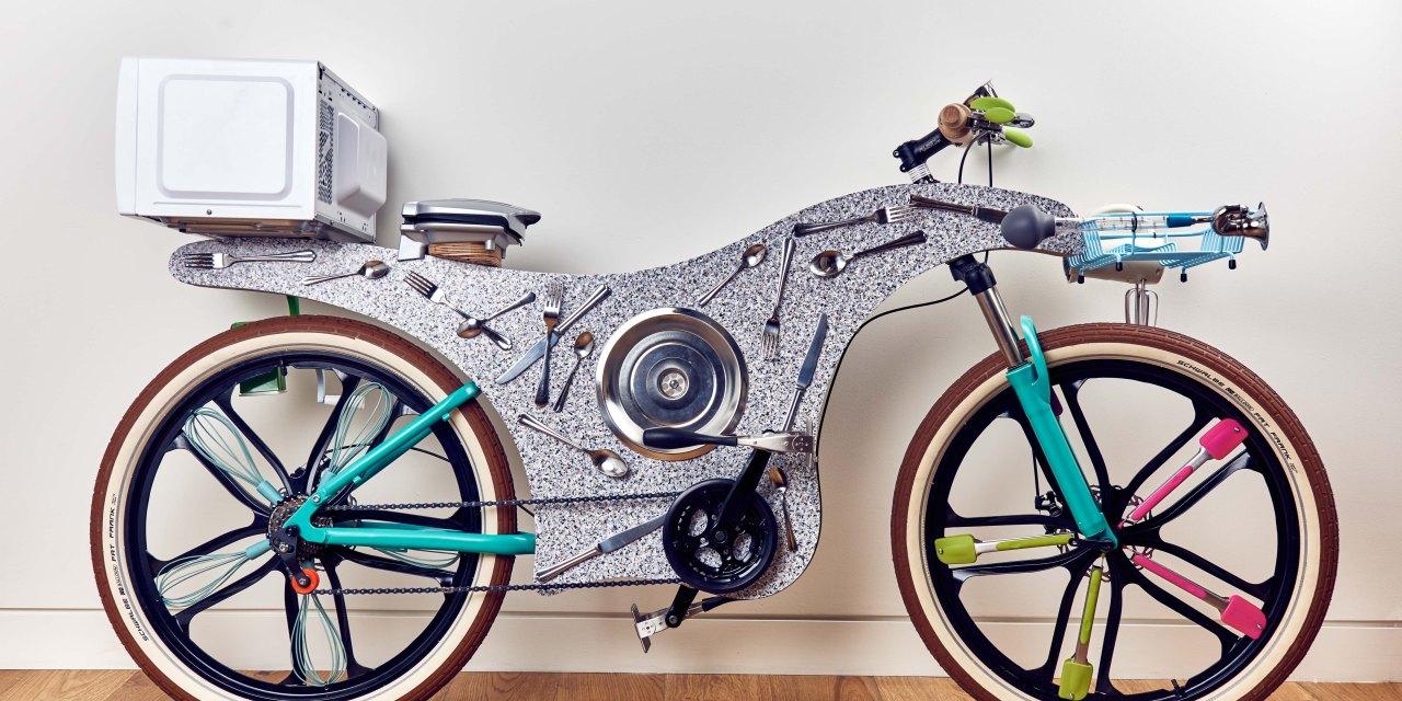 Deliveroo lancia a Londra la prima bicicletta realizzata interamente con gli utensili da cucina