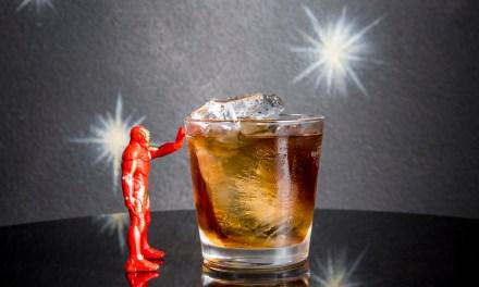 Drink DEMON IN A BOTTLE ispirato ad Iron Man in Avengers: Endgame de I Maestri del Cocktail