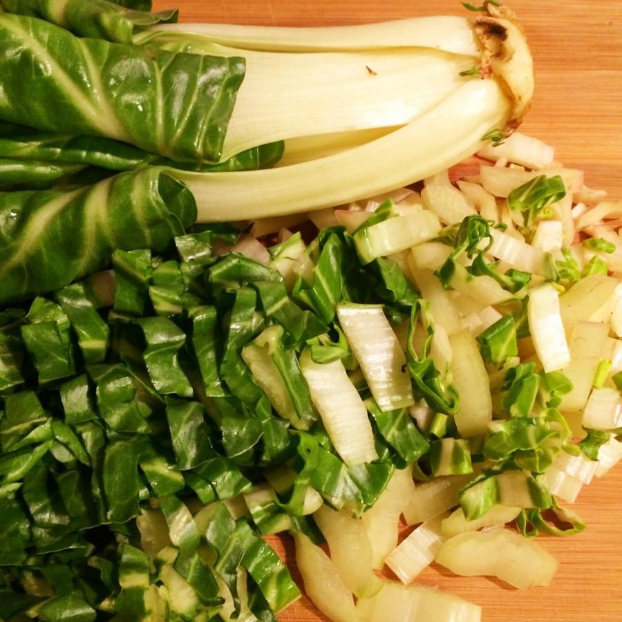 Mangold schneiden für Sellerie-Mangold-Lasagne