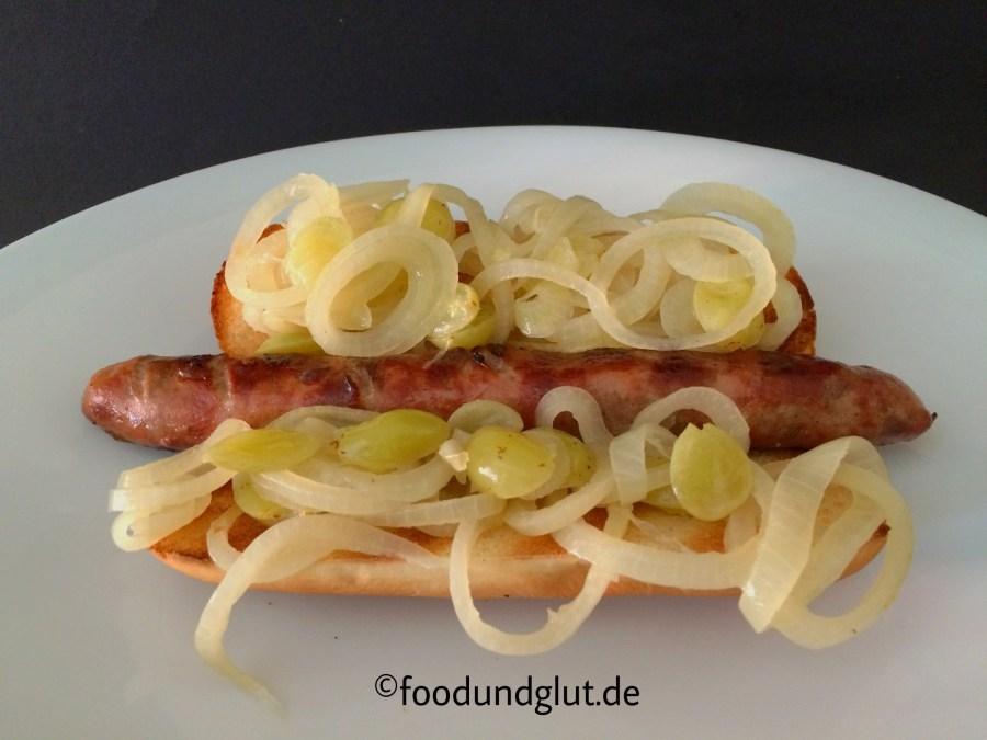 Winzer-Hotdog mit Zwiebeln, Weißwein und Weintrauben