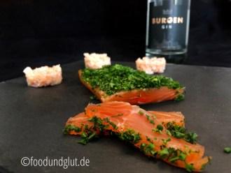 Gebeizter Lachs mit Gin und Kräutern