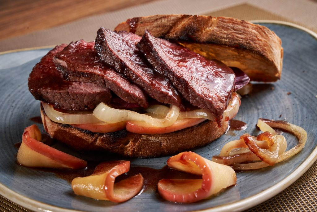 Elchsteak-Sandwich mit Glühwein-Jus