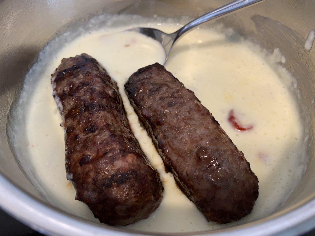 Hamdogs in Chili-Käse-Sauce wälzen