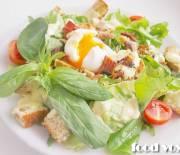 Фреш салат с гренками и яйцом