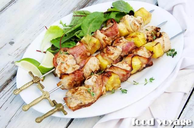 Шашлык из куриной грудки с беконом и свежим ананасом