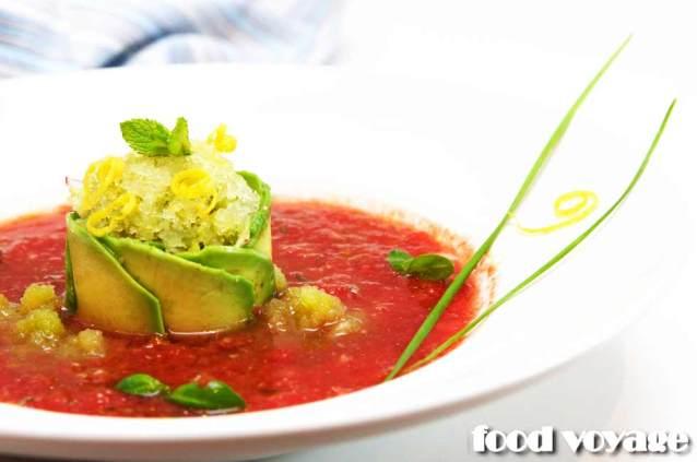 Гаспачо из томатов и клубники с граните из огурца, лимона и имбиря