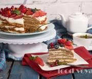 Блинный торт с творожно-сметанным кремом и свежими ягодами