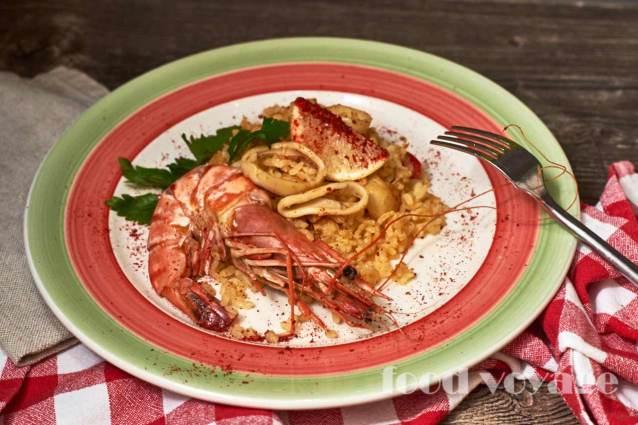 Паэлья с курицей, креветками, кальмаром, сладким перцем и ароматным шафраном