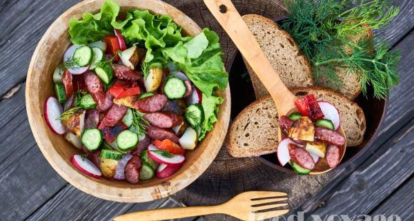 Теплый салат с «Охотничьми колбасками» и печенной картошкой