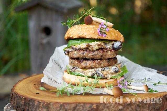 Лесной Бургер с грибами и сливочным соусом из опят
