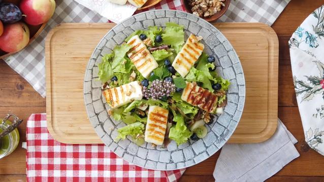 Салат с жареным сыром Халуми