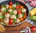 Обед на сковороде. Фрикадельки фаршированные моцареллой и овощи, готовятся одновременно