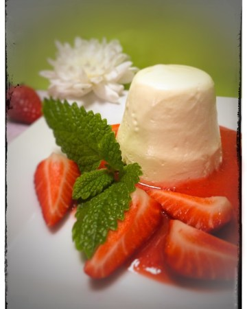 Sauerrahm / Schmand Koepfchen mit Erdbeeren. Ein saisonales Rezept aus dem Hause foodwerk.ch