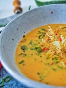 Suppe aus grüner Papaya mit Stroh