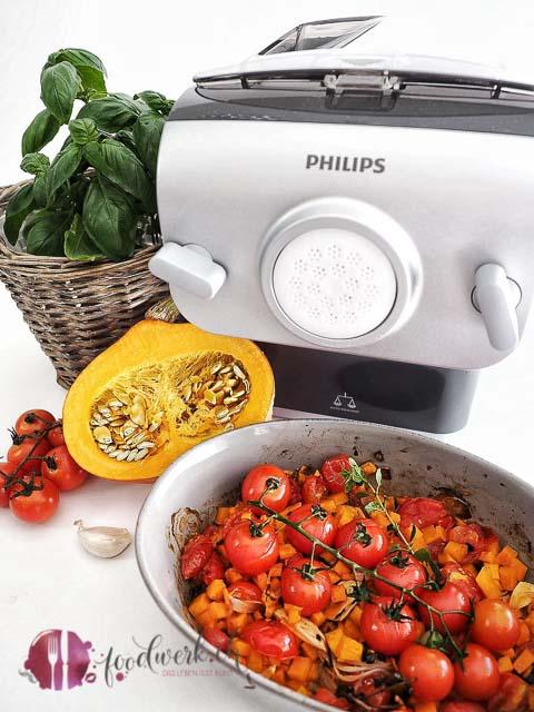 Der Philips Pastamaker mit den Zutaten für den Ofensugo
