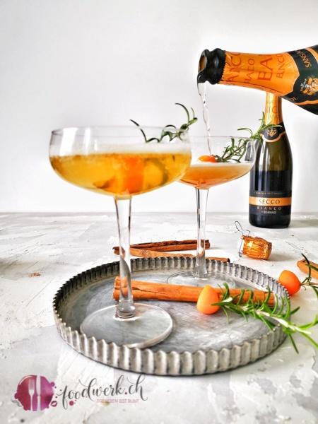 Einschenken vom Secco by Rimuss mit Pumkin Spice Sirup. Herrlich prickelnd mit würziger Note