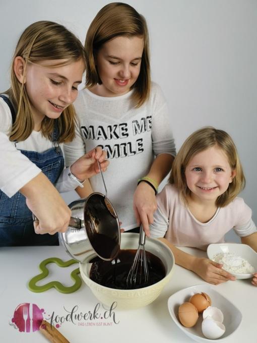 Geschmolzene Schokolade dazu geben