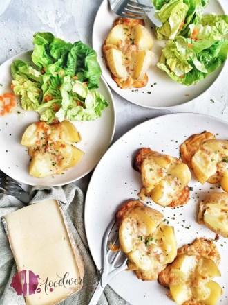 Kartoffeln gefüllt mit Käse und Speck. Dazu Römersalat