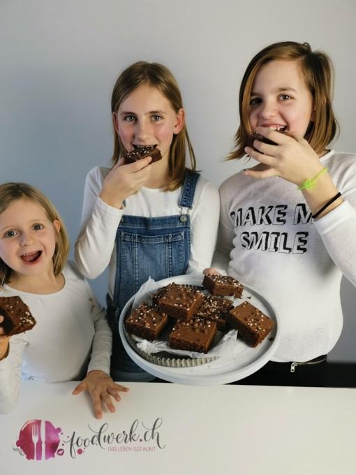 Schokoblechkuchen degustieren
