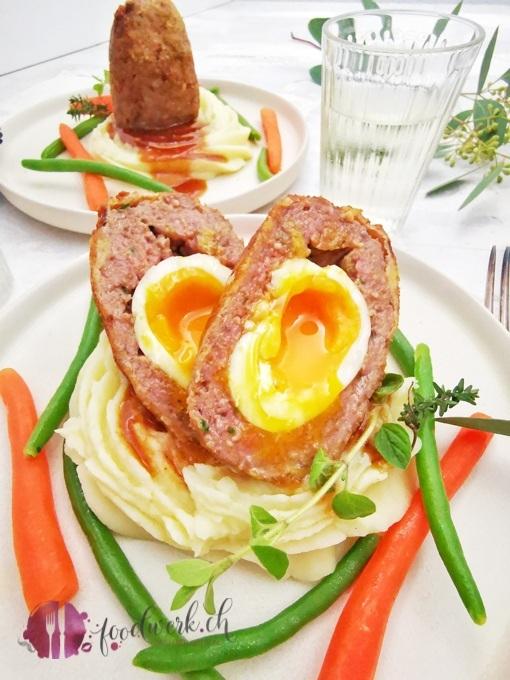 Aufgeschnittener Falsche Hasen mit Kartoffelstock und Gemüse.