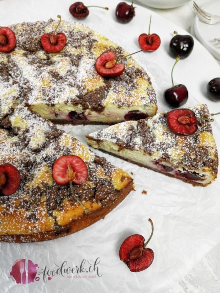 Kirschenkuchen mit Quark und Schokostreuseln nah
