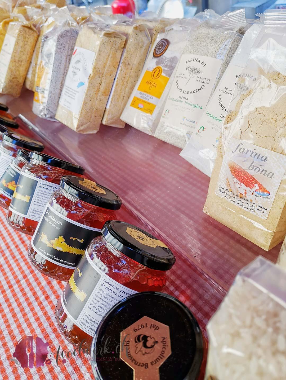 Marktstand mit Honig und Tessiner Produkte in Bellinzona