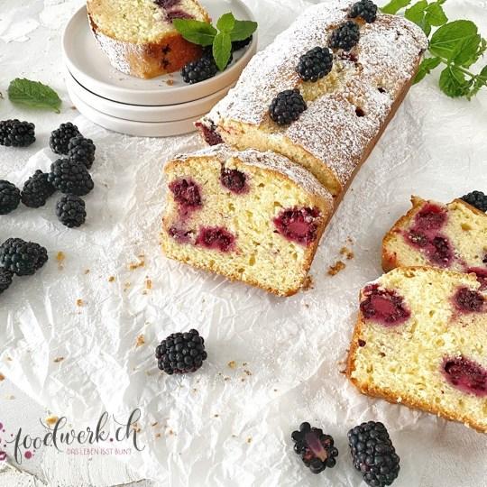 Joghurt-Cake mit Brombeeren angeschnitten