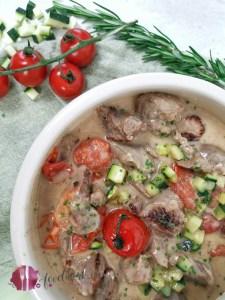 Truthan an feiner Sauce mit Gartengemüse und frischen Kräutern