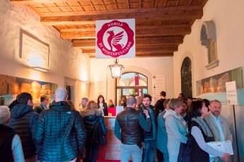 """Roma, 7 feb. (askanews) - E' in assoluto il grande evento del territorio dedicato al Vino Nobile di Montepulciano. E' tutto pronto ormai per l'Anteprima del Vino Nobile di Montepulciano che torna dal 10 al 12 febbraio nella Fortezza di Montepulciano con 45 aziende partecipanti, in rappresentanza di oltre la metà dell'intera denominazione, per far conoscere le nuove annate dei vini in commercio da quest'anno, il Vino Nobile di Montepulciano 2015 (annata premiata con il massimo della valutazione, 5 stelle) e la Riserva 2014. Una passerella internazionale per la prima denominazione italiana, che oltre alla presenza di buyer da tutto il mondo e operatori del settore, per il terzo anno aprirà le porte anche a tutti i wine lovers. """"E' una vera e propria festa da un lato, perché vogliamo che tutti possano godere della possibilità di degustare i nostri vini all'interno di un contesto unico quale quello della Fortezza - spiega il Presidente del Consorzio, Piero Di Betto - al contempo però è un appuntamento fondamentale per il mercato, soprattutto italiano, perché si presentano le nuove annate e la partecipazione sempre più massiccia dei nostri soci è il segno di un evento consolidato"""". L'Anteprima 2018 si aprirà il 10 febbraio nell'ormai consueta sede dell'antica Fortezza, restaurata dai produttori associati al Consorzio e sede dell'Enoliteca e degli uffici consortili. I wine-tasting riservati ai professionisti del settore e agli enoappassionati, prenderanno il via dalle 15 fino alle 19.30. La domenica i banchi delle 45 aziende apriranno alle 11 e chiuderanno alle 18.30. Alle ore 16 di domenica 11 febbraio è prevista la premiazione del concorso """"Le Belle Vetrine"""". A seguire, sempre nella giornata di domenica, si svolgerà la tavola rotonda sul tema """"Vinum Nostrum: viticoltura 4.0"""" a cura dell'Università Telematica Pegaso. La giornata di lunedì sarà riservata solo agli operatori con invito con gli orari 10.30 - 18.30. La giornata di giovedì 15 febbraio invece, esclusivamente r"""