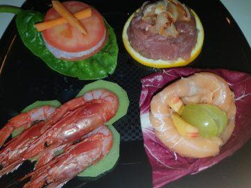 antipasto tartine di pesce e frutta