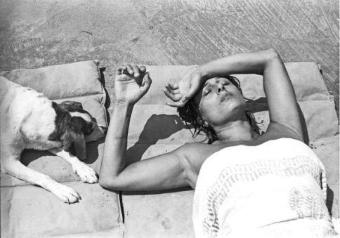 Paolo-Di-Paolo-Anna-Magnani-al-Circeo-con-cane-al-sole.-Photo-credits-©-Archivio-fotografico-Paolo-Di-Paolo-598x420