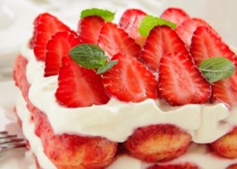 Tiramisù-alle-fragole-ricetta-originale-con-bimby-o-senza-uova-e1551892176413
