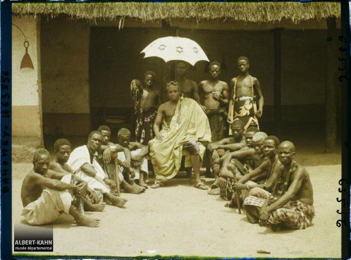 Le chef Zodéougan entouré de sa cour, Zado, Dahomey (actuel Bénin), Afrique, 28 février 1930, (Autochrome, 9 x 12 cm), Frédéric Gadmer, Département des Hauts-de-Seine, musée Albert-Kahn, Archives de la Planète, A 63 556 S
